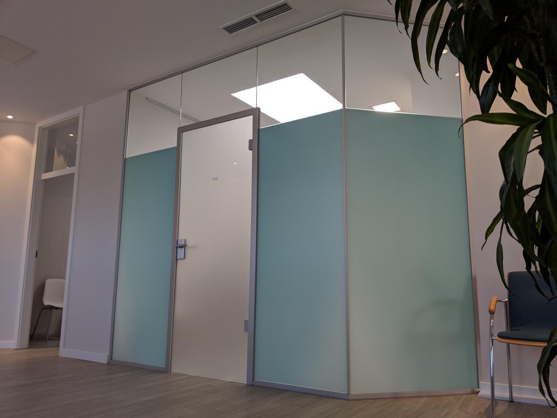 Behandlungsraum ohne Fenster bekommt trotzdem Tageslicht Rahmen MR 36 und Zarge AT 44 135°