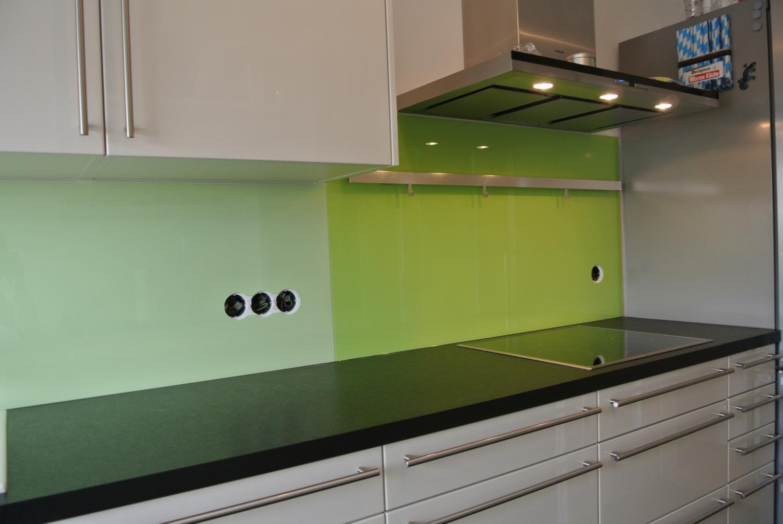 Steckdosenausfräsungen Küchenrückwand in Sonderfarbe