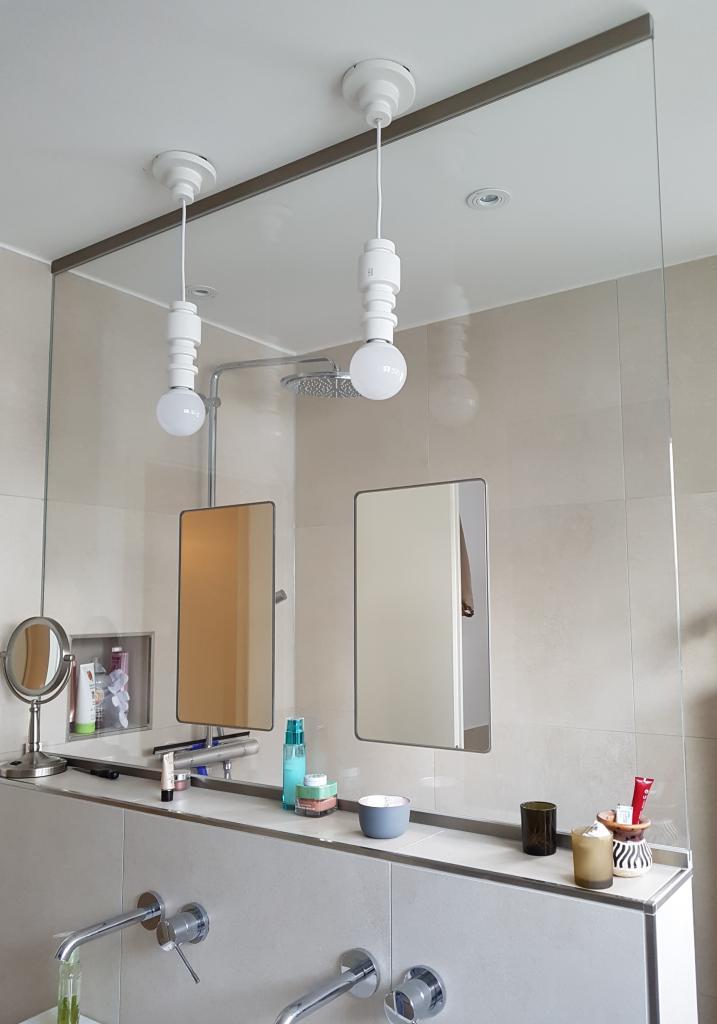 in Glaswand integrierter Spiegel