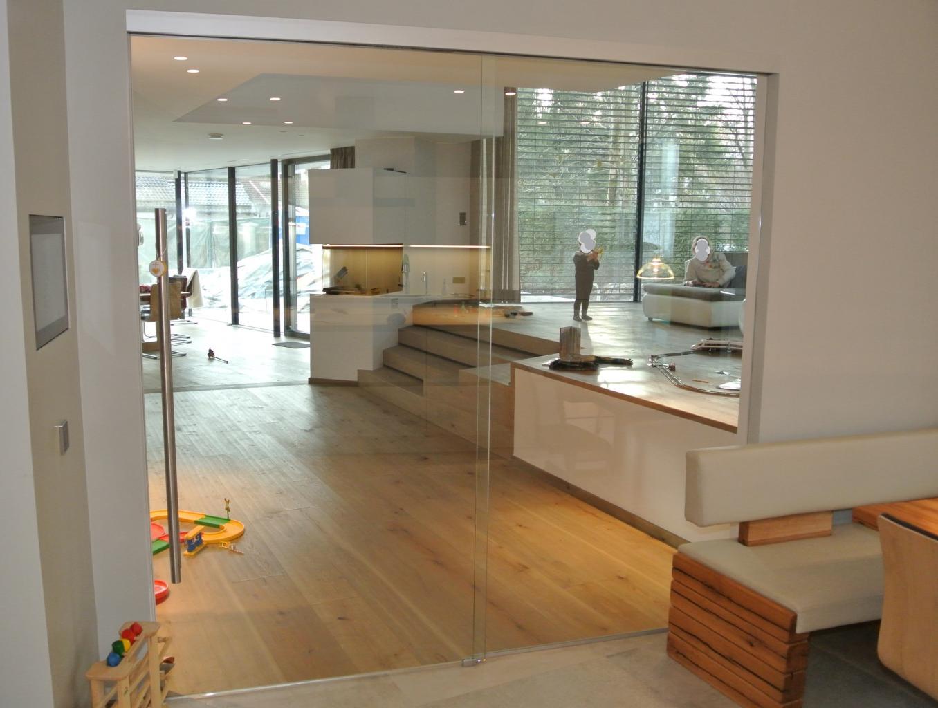 Raumteiler Glasschiebetür mit festem Glaselement