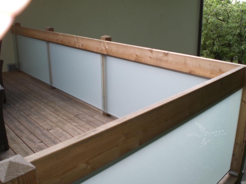VSG mattfolie linear gelagert in Holzgeländer