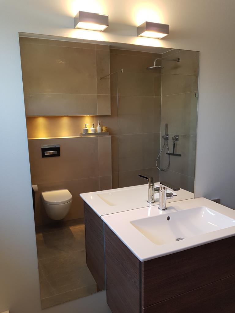 Spiegel angepasst an das Waschbecken