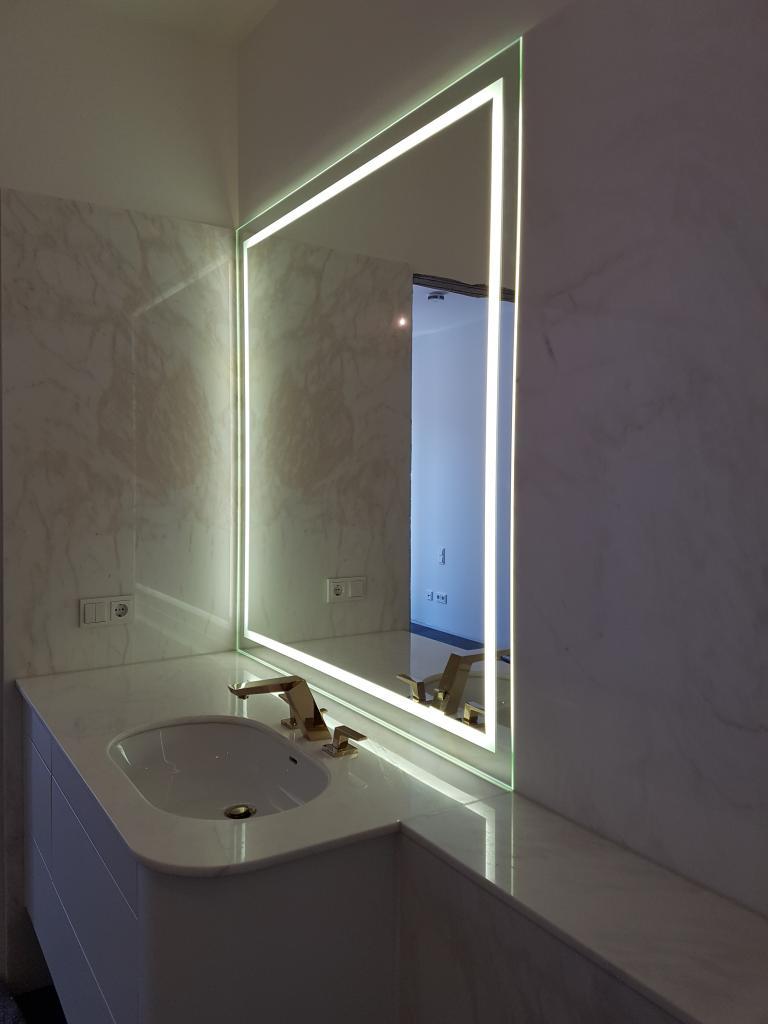 Spiegel mit LED Beleuchtung aufgehängt mit Magneten