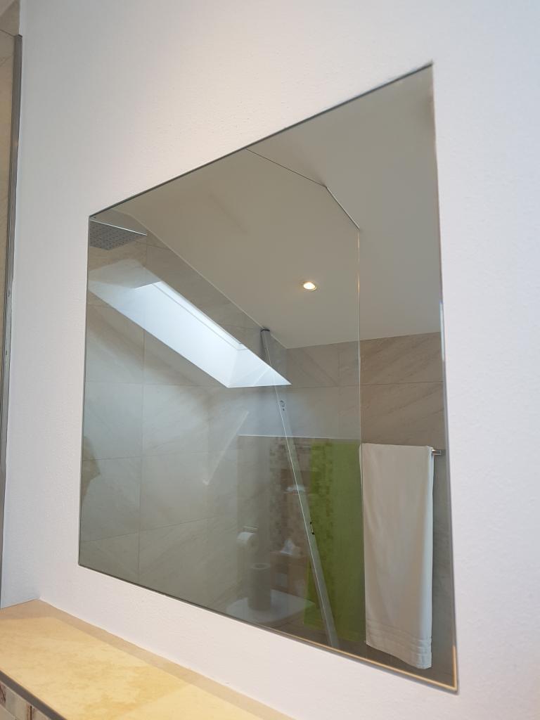 Spiegel putzbündig eingeklebt