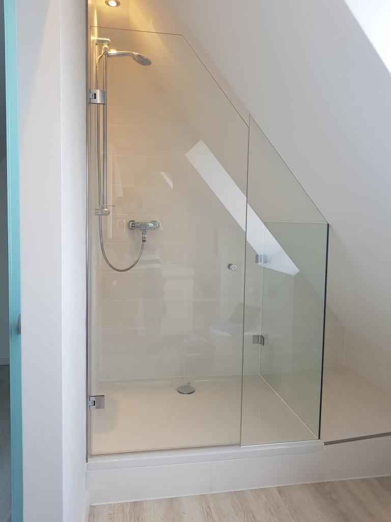 Dusche mit schräger Tür